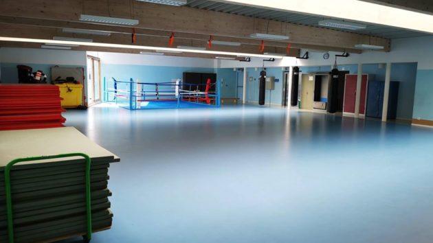 <p>L'aire de jeu est de six tables (17 m/13,50) avec une zone de passage de 1,30 m. La hauteur sous plafond est de 3,50 m</p>