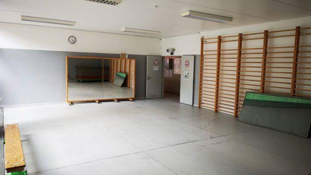 <p>Les dimensions de la salle sont de 10,80/7,30 m; la hauteur sous plafond de 3 m</p>